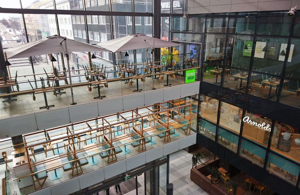 Blick aus der obersten Etage von Oulus Shopping Mall Valkea. Gewöhnlich wimmelt es hier von Menschen.
