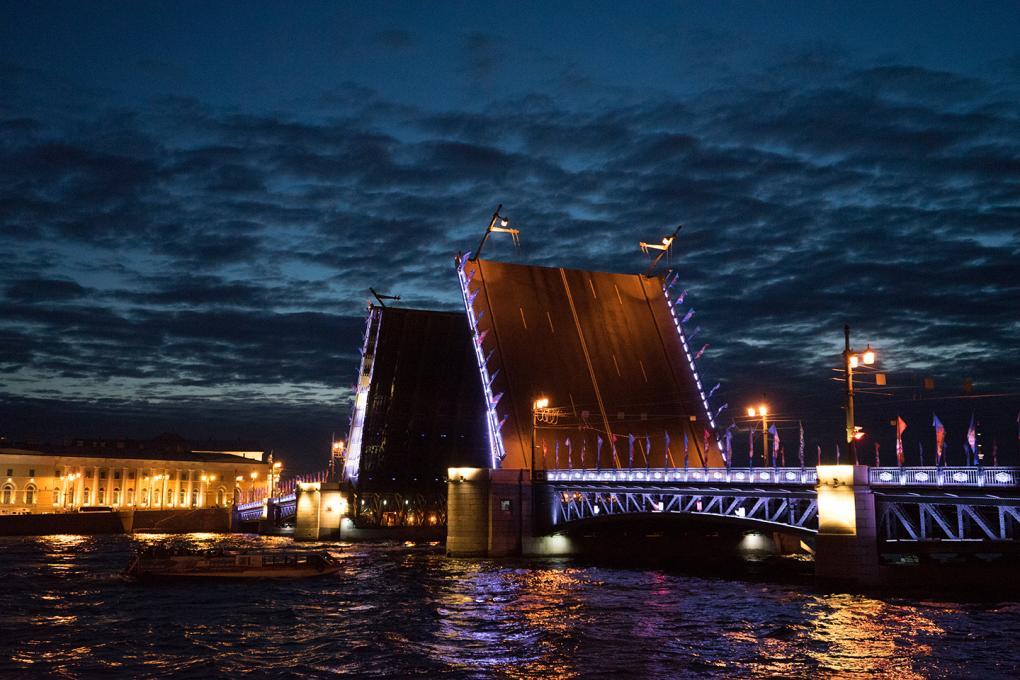 Die Brücken von Sankt Petersburg bei Nacht