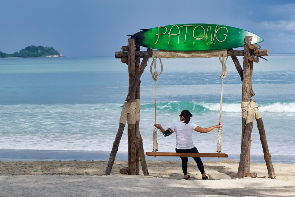 Einheimische Besucherin am Strand von Patong auf Phuket im September 2020