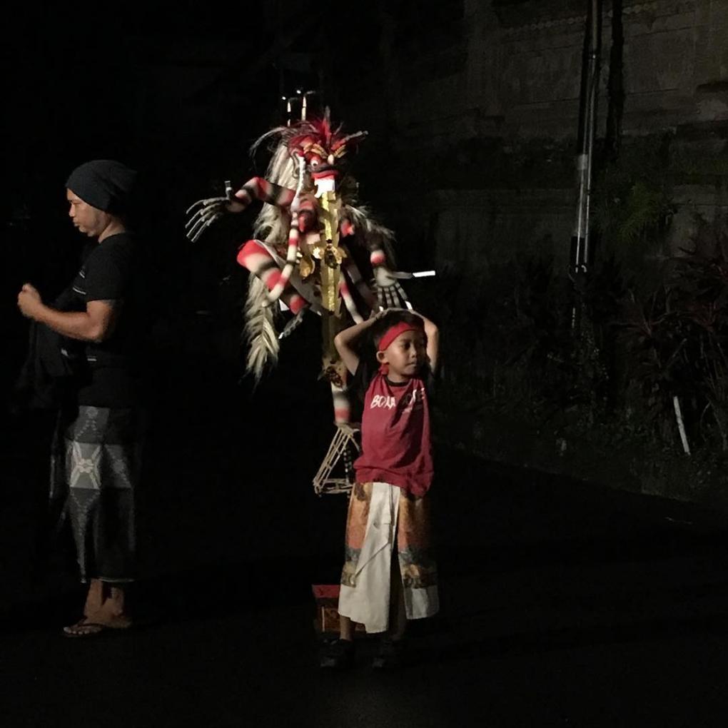 Bali - die Jüngsten führen den Ogoh-Ogoh Umzug an