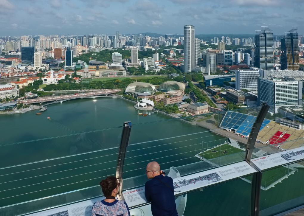 Blick von der Aussichtsplattform des Marina Bay Sands Hotel