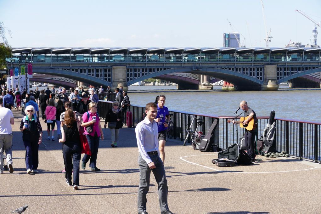 Straßenmusiker London an der Themse