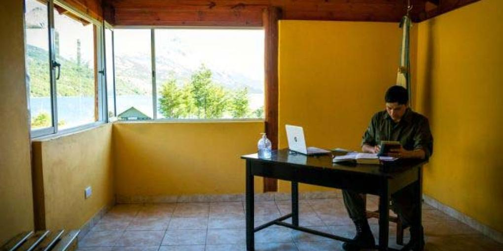 Borderoffice at Lago del Desierto: the most beautiful workplace on earth